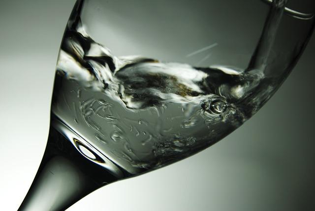 Boire un peu d'eau afin de se désaltérer lors q'une prise de parole en public